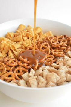 This Halloween harvest hash Chex mix is the PERFECT combination of sweet and salty. It tastes soooo good! It would be awesome for a Halloween party or even Thanksgiving! Trail Mix Recipes, Snack Mix Recipes, Fall Recipes, Holiday Recipes, Chex Recipes, Dessert Recipes, Fall Snack Mixes, Fall Snacks, Fall Treats