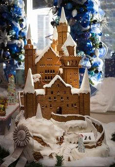 We just have no words for how beautiful this fairytale gingerbread castle is, modeled after Neuschwanstein! Gingerbread Castle, Christmas Gingerbread House, Noel Christmas, Christmas Desserts, Christmas Treats, Christmas Baking, Gingerbread Cookies, Christmas Cookies, Christmas Decorations
