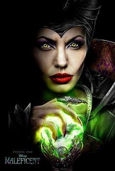 Disney ha lanzado el primer poster de 'MALEFICENT' protagonizado por Angelina Jolie.