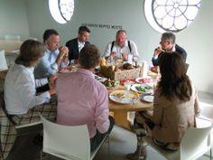 23 juni: tijdens een gezonde lunch met Arnoud en Ruth Olie van gedachten wisselen in de Gasfabriek