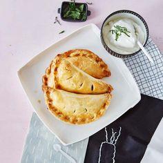 Das deftige Original gibt es nur im englischen Cornwall. Für Daheimgeliebene kommt hier die Veggie-Variante: mit Gemüse gefüllte Cornish Pasties.