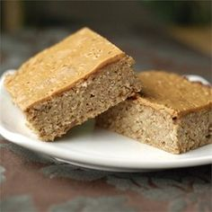 High-Fiber, High-Protein Breakfast Bars -- Ingredients such as wheat germ, flaxseed, protein powder, peanut butter and oats make these breakfast bars a healthy and tasty way to start the day. Protein Rich Breakfast, Oatmeal Breakfast Bars, Breakfast Desayunos, Breakfast Recipes, High Fiber Breakfast Bar Recipe, Fiber Bar Recipe, Second Breakfast, Perfect Breakfast, Breakfast Ideas
