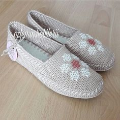 Cute Shoes With Jeans Sandals Crochet Slipper Boots, Crochet Boot Cuffs, Knit Shoes, Crochet Gloves, Crochet Slippers, Sock Shoes, Cute Shoes, Crochet Shoes Pattern, Shoe Pattern