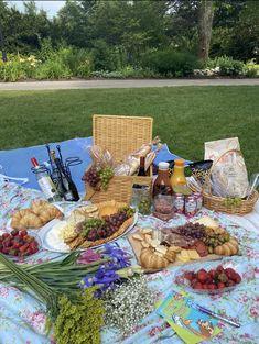 Picnic Date Food, Picnic Time, Picnic Foods, Summer Picnic, Picnic Ideas, Picnic Snacks, Summer Aesthetic, Aesthetic Food, Aesthetic Outfit