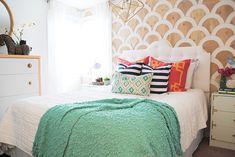 Decoração de: Quarto de casal; parede com aplicação de madeira; Casa de Valentina