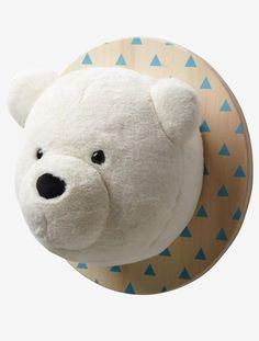 Une tête d'ours en peluche très attachante qui trônera avec styledans la chambre des enfants !  DIMENSIONS : Haut. : 36cm, long. tête ours : 23cm, diam. planche : 36cm  Triangles sérigraphiés sur planche. Yeux brodés.   Ours en peluche sur planche en bois.;