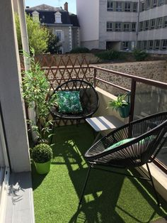 New small apartment patio decor tiny balcony chairs ideas Small Balcony Design, Small Balcony Garden, Small Balcony Decor, Outdoor Balcony Furniture, Small Terrace, Small Balconies, Balcony Gardening, Small Patio, Garden Spaces
