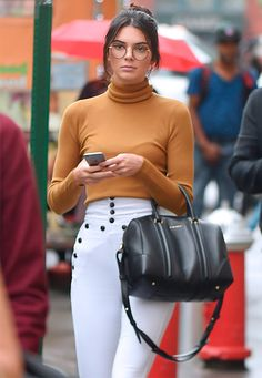 Girls Make A Case For Geek-Chic Glasses Kendall Jenner and more are rocking the geek-chic glasses trend.Kendall Jenner and more are rocking the geek-chic glasses trend. Glasses Outfit, New Glasses, Girls With Glasses, Le Style Du Jenner, Kendall Jenner Style, Geek Chic Glasses, Glasses Trends, Glasses For Your Face Shape, Eyewear Trends