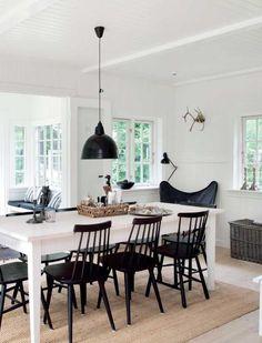 House Tour: A black wooden house for the holidays - SA Decor & Design Scandinavian Interior Design, Scandinavian Home, Dining Area, Dining Table, Painted Kitchen Tables, Piece A Vivre, Wooden House, Sofa, Farmhouse Table