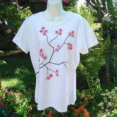 Mira este artículo en mi tienda de Etsy: https://www.etsy.com/es/listing/595454828/camiseta-bordada-a-mano-flores-playera