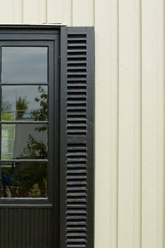 En delikat kulør, nesten som en gammel god venn. Dens kittede utseende gir en vakker patina. #hvit#white#naturlig#kittet#vakker#eksteriør#ute#farge#eksteriør#hus#inspirasjon#inspiration#fargekart#Fargerike Nest, Ikea, Garage Doors, Home Appliances, Outdoor Decor, Home Decor, Nature, Nest Box, House Appliances