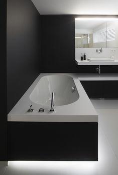 Strakke badkamer in zwart en wit - ontwerp van Frank Sinnaeve en steen van Potier Stone #FrankSinnaeve #PotierStone