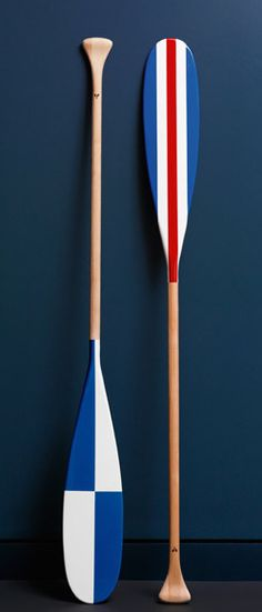 Love these painted oars Would look nice using the nautical alphabet for family name or initials Beach House Style, Canoa Kayak, Style Nautique, Painted Oars, Turbulence Deco, Nautical Home, Nautical Knots, Nautical Design, Nautical Style