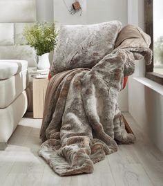 Im Winter muss nicht mehr gezittert werden - eine kuschelige Felldecke oder ein flauschiges Kissen sorgen für winterliche Stimmung und gemütliches Ambiente! Überzeugt euch selbst und kuschelt euch in diese edlen Textilien vor dem Fernseher ein.