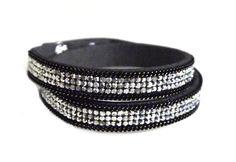 Elegantes Wickelarmband für Damen mit Glitzer Steinen in verschiedenen Farben. Das absolute MUST-HAVE dieses Jahr. Das Armband ist grössenverstellbar in 2 Stufen.Es ist inkl. Verschluss 40cm lang. Es wird zweimal um das Handgelenk gebunden und funkelt sehr schön. Das Armband ist selbstverständlich Nickelfrei. Das Wickelarmband ist auf verschiedene Arten zu tragen und mit vielen Sachen zu kombinieren. Wir haben viele weitere Accessoires, Halstücher, Schmuck und Schals in unserem Shop. Schaut…
