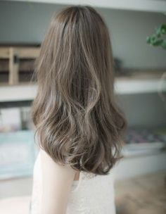 Sick and tired of over-the-top bright hair colours? You're in luck as ash brown hair looks set to be the most popular hair colour amongst Japanese girls. Ash Hair, Brown Blonde Hair, Asian Ash Brown Hair, Brown Hair Japan, Korean Hair Color, Corte Y Color, Japanese Hairstyle, Brown Hair Colors, Green Hair