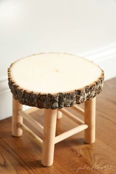 How to make a rustic bathroom stool in just a few minutes! #bathrooms