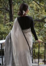 Handspun Khadi Cotton Jamdani with Temple Border – Amrapali Boutique Sari Blouse Designs, Fancy Blouse Designs, Saree Jewellery, White Saree, Pink Saree, Saree Photoshoot, Indian Photoshoot, Saree Poses, Sari Dress