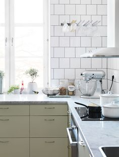 It would be rather easy to do something like this to our kitchen, but without the offset tile. Nice colourful bottom cabinets on one side, white cabinets (same as wall colour) on the other. Colourful, yet neutral and modern. Backsplash Kitchen White Cabinets, Two Tone Kitchen Cabinets, Mint Kitchen, White Marble Kitchen, Bistro Kitchen, Kitchen Pantry, Kitchen Dining, Kitchen Decor, Kitchen Display