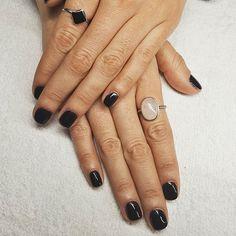Manicura semipermanente ORLY.  #manicura #manicuraorly #orlyfx #orly #manicuravegana #nails #shinenails #nailsalonbarcelona #lifestyle #manicure #manicurasemipermanente #barcelona #beauty #vegano #manicuravegana #revivenailbeauty #black #blacknails #dark
