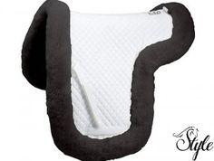 C.S.O. nyeregalátét szabott, bárányszőrrel bélelt . A marrész is bélelt, így akár érzékeny marú lovakra is kifejezetten ajánljuk. Kizárólag fekete színben érhető el, univerzális és díjlovas fazonban. Ideális választás lehet rendkívül érzékeny lovak számára.