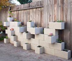Como fazer um jardim vertical. Os jardins verticais são a alternativa ideal para quem não possui muito espaço no exterior de casa para a plantação, ou simplesmente para quem gosta de ser original. Jardins deste tipo são também uma ...