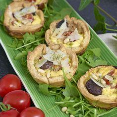 Små pajer med italienska smaker av parmesan, salami och  oregano gör minipajerna  till en fest för läckergommar.