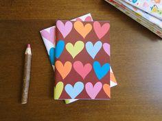 Caderno Corações (fundo chocolate), do Atelier Joliz