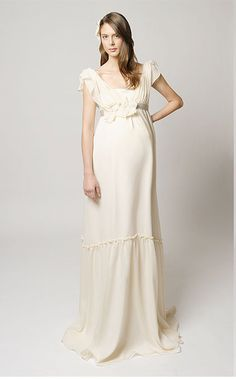We recently received an email from a reader bemoaning the lack of fabulous, stylish wedding dresses for pregnant brides at affordable price points. Popular Wedding Dresses, Designer Wedding Dresses, Bridal Dresses, Wedding Gowns, How To Dress For A Wedding, Custom Wedding Dress, Pregnant Wedding Dress, Maternity Wedding, Chic Maternity