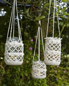 44 DIY Ideen mit Einmachgläsern, welche die Kreativität in einem wecken Frascos con crochet Crochet Diy, Bandeau Crochet, Crochet Home Decor, Love Crochet, Crochet Gifts, Crochet Style, Crochet Ideas, Crochet Jar Covers, Crochet Plant Hanger