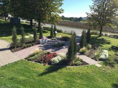 Das Rondell ist der Mittelpunkt des Gartens und wurde für einst für die Landesgartenschau gestaltet. Jetzt kann er in unserem Barfußpark bestaunt werden.  frieda® Kleinpflaster Farbe Anthrazit #pflaster #pflastersteine #garten  #anthrazit Park, Sidewalk, Paving Stones, Circular Driveway, Garden Path, Parks, Pavement, Curb Appeal