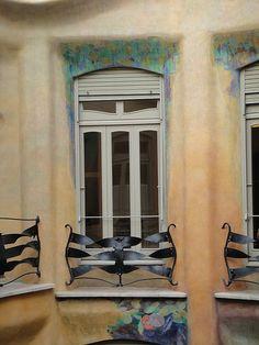 La Pedrera.  Siguiendo la costumbre de la mayoría de la burguesía barcelonesa de finales del XIX y principios del XX, así como por deseo de la Familia Milà, el inmueble fue diseñado como una finca de vecinos, donde se reservó el piso principal a la familia propietaria y el resto a pisos de alquiler.
