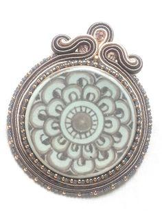 Ceramica di Deruta incastonata nel soutache con perle di vetro e cristalli.  Deruta ceramic pendant with seed beads and crystals.  www.annodarte2013.blogspot.it