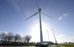 Een van de vier windmolens in Waddinxveen. Onderdeel van Windpark Distripark. Hier wordt genoeg stroom opgewekt voor 5.800 huishoudens!