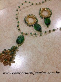 Eu amo gotas para bijuterias e nem sempre encontro umas bonitas pra vender. Quando eu encontro já vou logo produzindo alguma coisa. Elas me inspiram, sei lá. Os fios copper também, me inspiram demais. Eu encontrei então essas pedras de vidro verdes, um tanto ovais, mas que têm um recorte que dá a sensação de ...