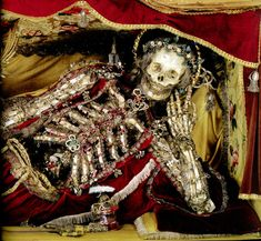 """The adorned remains of Saint Felix, once of the parish of Tafers, Switzerland now on exhibit at the Museum of Art and History in Fribourg, from """"Heavenly Bodies: Cult Treasures & Spectacular Saints from the Catacombs"""" by Paul Koudounaris Memento Mori, Ideas Principales, Arcane Trickster, Post Mortem, Armor Clothing, The Catacombs, Danse Macabre, Early Christian, Creepy Art"""