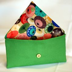 Looks like a somewhat easy sewing job...love the green with the colorful liner