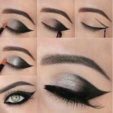 Siyah asil bir göz makyajı.