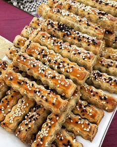 Hayırlı sabahlar hayırlı cumalarr 💖💖💖 en sevilen kurabiyelerimden biri tuzlu çubuklar. Yapım aşamalarınıda koydum fikir olsun size diye. Ama her istediğiniz şekli kullanabilirsiniz pişirirken. Bekliyorum yorumlarınızı 😉😍❤️ 👇🏻👇🏻👇🏻👇🏻👇🏻👇🏻👇🏻👇🏻👇🏻👇🏻👇🏻🎈TUZLU ÇUBUKLAR 🎈Malzemeler: 125 gr tereyağ veya margar... Cheesecake Brownies, Scones, Apple Pie, Bakery, Food And Drink, Yummy Food, Delicious Recipes, Pasta, Bread