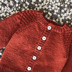 Favorite Cardigan Baby (ENG) Ravelry: Favorite Cardigan Baby (ENG) pattern by PixenDk Baby Knitting Patterns, Baby Cardigan Knitting Pattern Free, Baby Sweater Patterns, Knitted Baby Cardigan, Knit Baby Sweaters, Cardigan Pattern, Knitting For Kids, Girls Sweaters, Baby Patterns