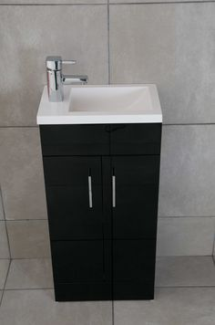 High gloss black cabinets | Perfect for a modern bath | Use RAUVISIO brilliant in Moro to get this look. | http://www.rehau.com/us-en/furniture/cabinet-doors