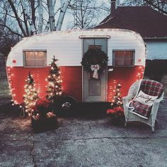 Exclusive Photo of Have A Merry Little Vintage Christmas For Camper. RVs have limited space, acquiring a guest can be near impossible. This vintage rv is a good idea for your camper! The vintage camper is simply darling. Vintage Campers Trailers, Retro Campers, Vintage Caravans, Rv Campers, Camper Trailers, Happy Campers, Camper Life, Little Campers, Retro Rv