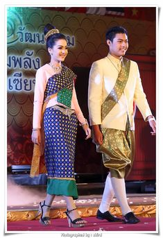 Lao Traditional Couple Outfit in a Thai Fashion Show. Laos Culture, Laos Wedding, Thai Fashion, Costumes Around The World, Korean Hanbok, Couple Outfits, Couture Collection, Traditional Dresses, Southeast Asia