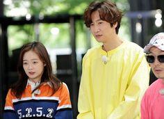 Running Man PD Jung Chul Min reveals interesting details on Lee Kwang Soo, Jun So Min's chemistry Jun So Min, Running Man Members, Running Man Korea, Kwang Soo, Role Models, Chemistry, I Laughed, Giraffe, Real Life
