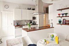 Keittiöstä saatiin remontoimalla toimiva kokonaisuus. Entinen palvelijanhuone avattiin keittiön kanssa yhtenäiseksi tilaksi | Muistoja maailmalta | Koti ja keittiö