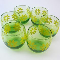 This beautiful little retro set of 6 tumblers is sure to add some cheery vintage love to your kitchen.