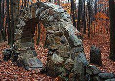 Arco de piedra en el bosque.