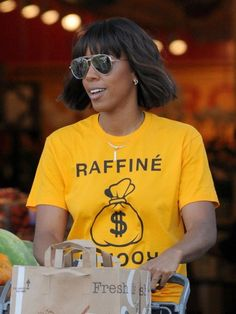 Kelly Rowland Photos Photos - Singer Kelly Rowland is seen doing some grocery shopping with a friend at Bristol Farms in Beverly Hills, California on April 20, 2017. - Kelly Rowland Shops for Groceries at Bristol Farms