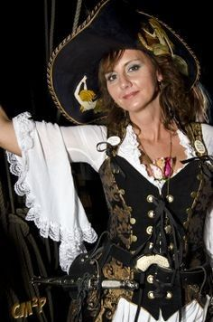 damsel in this dress pirate Pirate Queen, Lady Pirate, Pirate Wench, Pirate Woman, Pirate Life, Renaissance Festival Costumes, Renaissance Pirate, Damsel In This Dress, Steampunk Pirate