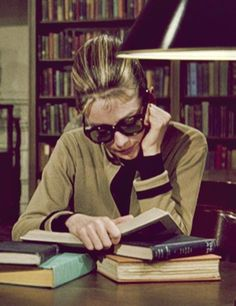 """Um Bom Lugar Pra Ler Um Livro... Audrey Hepburn como Holly Golightly em """"Bonequinha de Luxo""""."""
